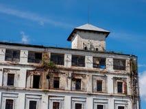 De vernietigde bouw tegen de blauwe hemel stock foto