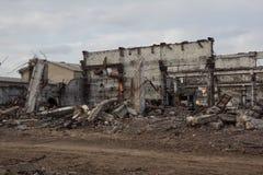 De vernietigde industriële gebouwen, kunnen als vernieling, oorlog, bom, terroristische aanslag, aardbeving of een ander rampenco stock foto