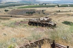 De vernietigde Israëlische tank is na de Dag des oordeels Yom Kippur War op Golan Heights in Israël, dichtbij de grens met Syrië stock afbeelding