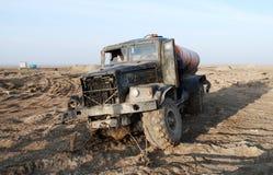 De vernietigde militaire vrachtwagen in de woestijn royalty-vrije stock afbeeldingen