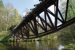 De vernietigde spoorwegbrug over de rivier Stock Foto