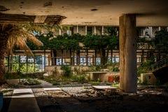 De vernietigde verlaten bouw stock afbeelding