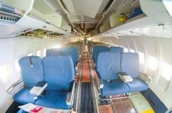 De vernietigde vliegtuigen van de passagierscabine Gescheurd van passagierszetels vernietigde binnenlands cabinevliegtuig met zet Stock Afbeelding