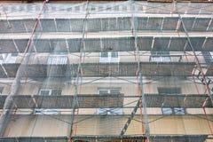 De vernieuwing van de de bouwvoorgevel met groene beschermende netto Stock Afbeelding