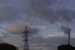 De verontreinigende lucht van de fabriekspijp, milieuproblemen, ecologie hen Royalty-vrije Stock Afbeeldingen