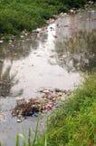 De verontreiniging van de rivier Stock Afbeeldingen