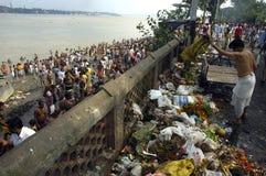 De Verontreiniging van de Rivier van Ganga in Kolkata. Stock Foto's