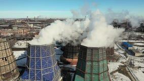 De verontreiniging van de fabrieksrook De industriële schoorsteen produceert vuile smog in atmosfeer Thermische elektrische centr stock video
