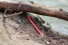 De verontreiniging van plastic stro en de vork gingen op strandachtergrond weg met mooi zeeschelpen en afwijkingshout E stock fotografie