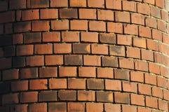 De verouderde rood-oranje rond gemaakte die het brouwen schoorsteen van baksteen wordt gebouwd Royalty-vrije Stock Fotografie