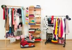 De verpakking van de koffer voor de wintervakantie De garderobe met kleren schikte keurig en een volledige bagage stock foto's