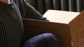 De verpakking van een bewegend vakje met boeken stock video