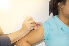 De verpleegster die een vaccin voor een patiënt geven Stock Fotografie