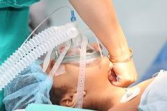 De verpleegster die het zuurstofmasker voorbereiden aan undentified patiënt voor Th Royalty-vrije Stock Foto