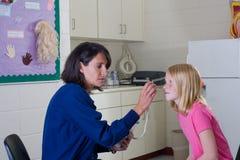 De verpleegster en de patiënt van de school Stock Foto