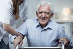 De verpleegster helpt de oudere mens royalty-vrije stock foto