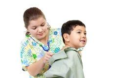 De verpleegster luistert aan ademhaling. stock afbeeldingen