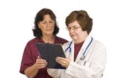De Verpleegster van artsengiving instructions to Stock Foto's