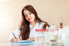 De verpleegster van de gezondheid in laboratorium Royalty-vrije Stock Afbeeldingen