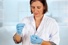 De verpleegster verwijdert GLB uit naald van spuit royalty-vrije stock afbeeldingen