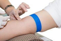 De verpleegster vindt aders voor injecties Royalty-vrije Stock Afbeelding