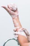 De verpleegster voert chirurgische handwas, Voorbereiding aan de werkende ruimte uit Sluiten-op van de handen royalty-vrije stock afbeelding