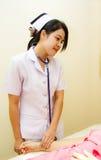 De verpleegsters controleren de patiënten van de impulsdruk Royalty-vrije Stock Afbeelding