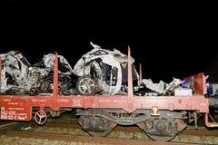 De verpletterde auto wordt weg vervoerd Echte autoneerstorting met trein De vrouwenbestuurder is dood Stock Afbeeldingen