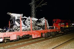 De verpletterde auto wordt weg vervoerd Echte autoneerstorting met trein De vrouwenbestuurder is dood Royalty-vrije Stock Foto's