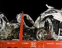 De verpletterde auto wordt weg vervoerd Echte autoneerstorting met trein De vrouwenbestuurder is dood Royalty-vrije Stock Afbeelding