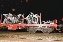 De verpletterde auto wordt weg vervoerd Echte autoneerstorting met trein De vrouwenbestuurder is dood Royalty-vrije Stock Fotografie