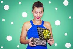 De verraste jonge vrouw opent giftdoos Glimlachend meisje met gift  royalty-vrije stock fotografie