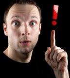 De verraste mens toont rood uitroepteken Stock Afbeelding
