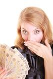 De verraste vrouw houdt het geldbankbiljet van de poetsmiddelmunt Stock Afbeeldingen