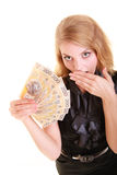 De verraste vrouw houdt het geldbankbiljet van de poetsmiddelmunt Royalty-vrije Stock Foto