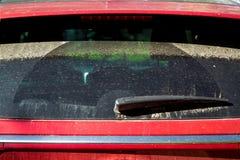 De verre arrière de voiture rouge sale image stock