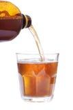 De verre complètement de la bière et de la bouteille brune Image libre de droits