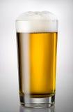 De verre complètement de la bière et de la mousse Photo stock