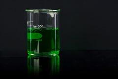 De verre de laboratoire éclairé à contre-jour avec la réflexion Image libre de droits