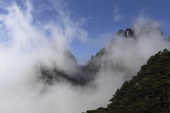 De verre die berg door de stijging van de wolk wordt verduisterd royalty-vrije stock afbeelding