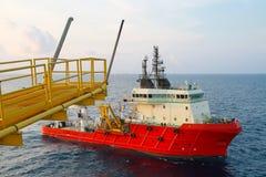 De verrichting die van de leveringsboot om het even welke lading of mand voor de kust verschepen aan Steunoverdracht om het even  royalty-vrije stock foto's