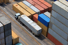 De verrichting van de container in haven stock afbeeldingen
