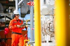 De verrichting van de exploitantopname van olie en gasproces bij olie en installatieinstallatie, de zeeolie en gasindustrie, zeeo royalty-vrije stock foto