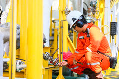 De verrichting van de exploitantopname van olie en gasproces bij olie en installatieinstallatie, de zeeolie en gasindustrie, zeeo royalty-vrije stock afbeeldingen