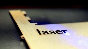 De verrichting van de lasermachine tijdens gravure stock videobeelden