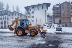 De verrichting van de sneeuwverwijdering