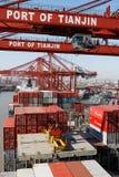 De verrichtingen van de lading op een containerschip in China Royalty-vrije Stock Foto's