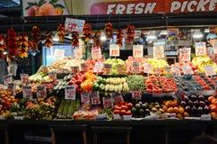 De vers fruittribune bij Snoeken plaatst Openbare Markt in Seattle Stock Foto's