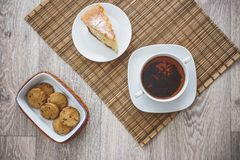 De vers gebakken cake van de koekjespruim en een hete kop thee stock afbeeldingen