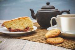 De vers gebakken cake van de koekjespruim en een hete kop thee royalty-vrije stock fotografie
